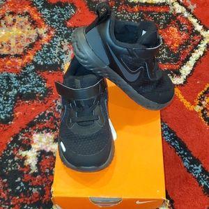 Black Nike Revolution 5